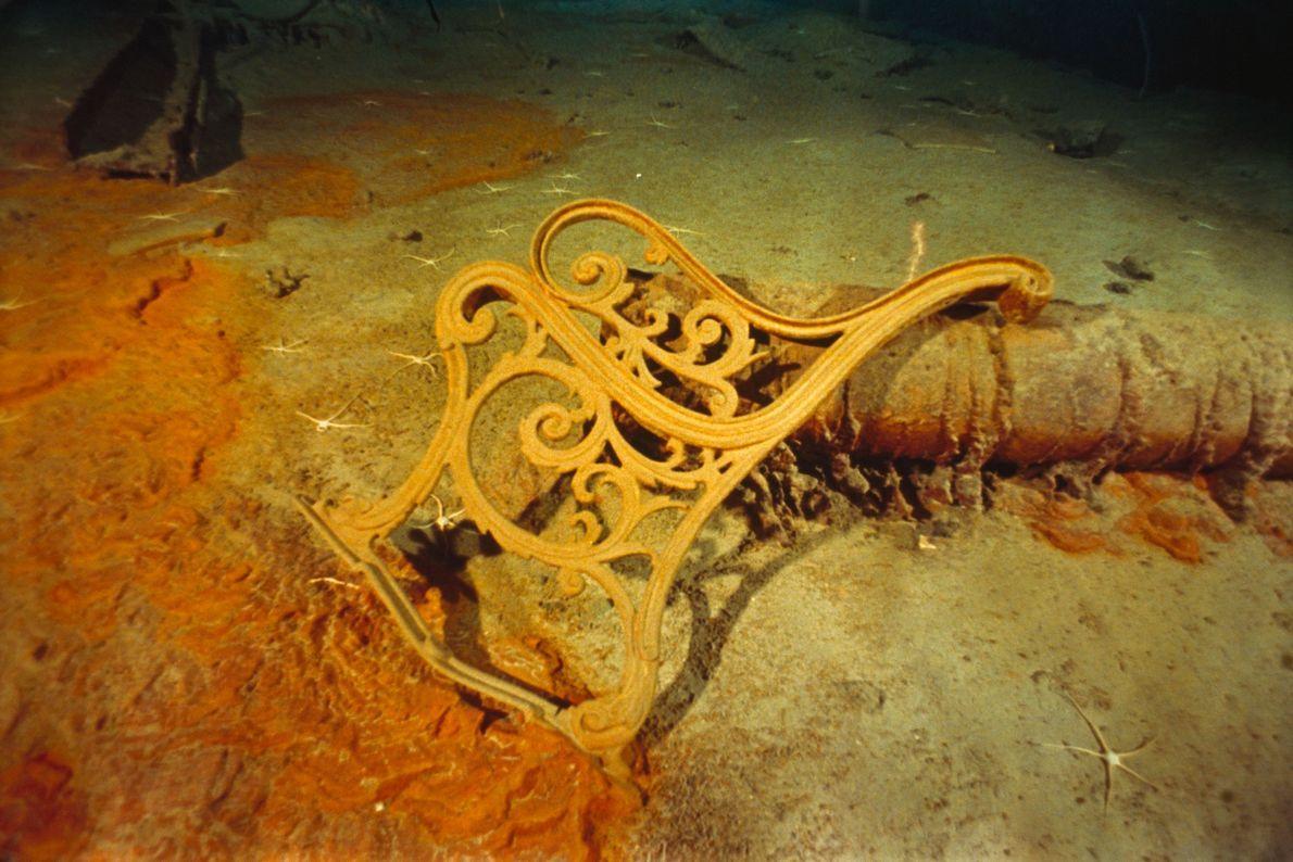 La forme d'une rambarde métallique se dégage sur le site de l'épave du Titanic.