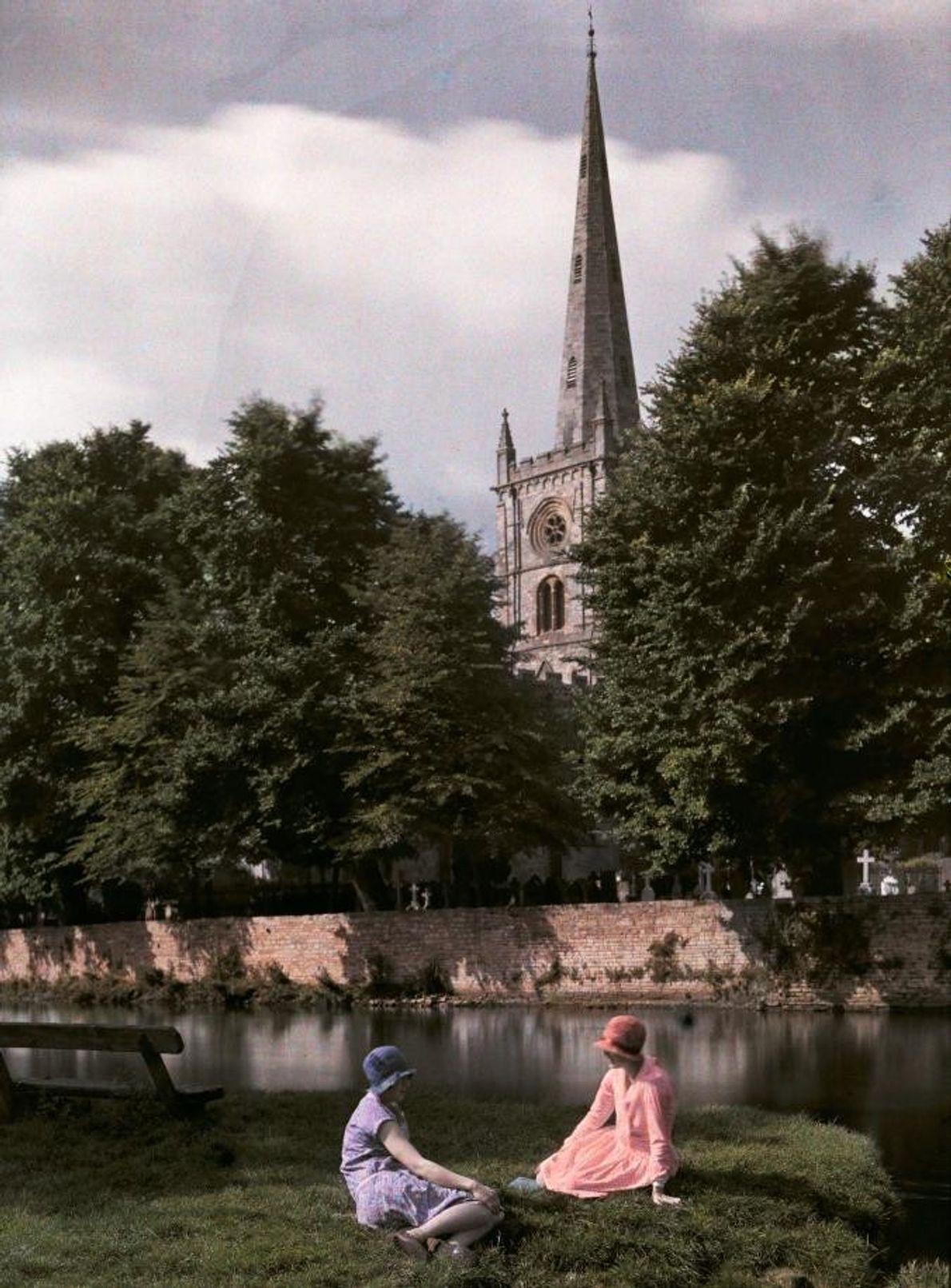 Des femmes se prélassent sur les rives de l'Avon, à Stratford, en Angleterre.