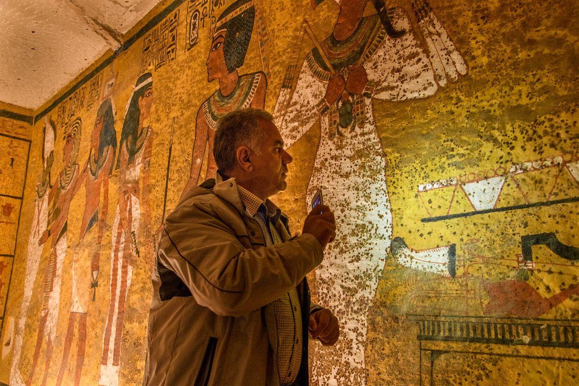 Le professeur Mamdouh El Damaty examine le mur nord du tombeau pendant le troisième test radar.