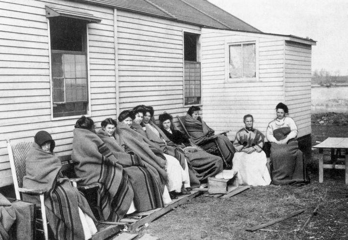 Mallon (quatrième à partir de la droite) a été placée en quarantaine avec d'autres détenues pendant ...