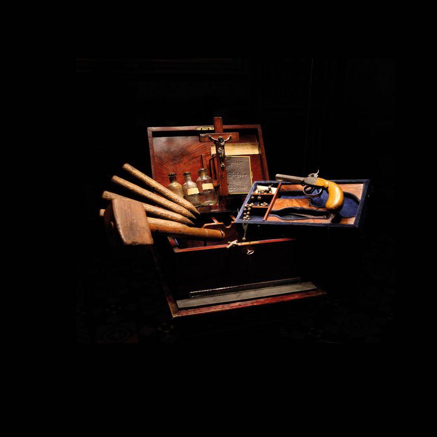 Un kit anti-vampire constitué d'objets des 19 e et 20e siècles.