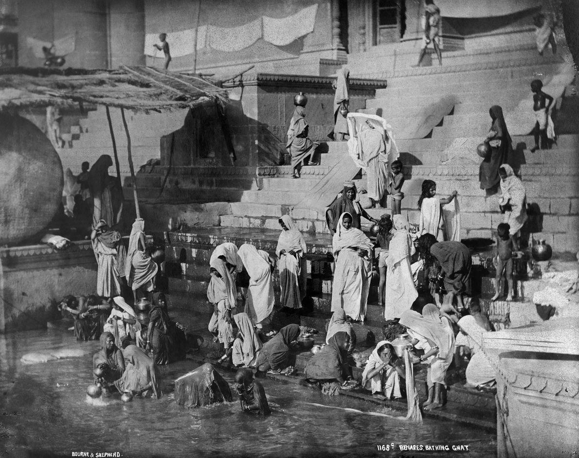 Cette photo prise en 1907 par National Geographic immortalise la ville de Varanasi, en Inde. Cette ...