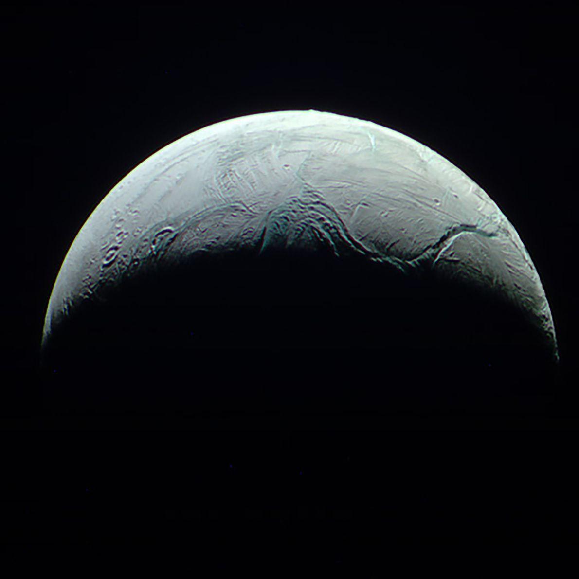 Cassini a capturé cette image détaillée de la lune glacée de Saturne, Encélade, à une distance ...