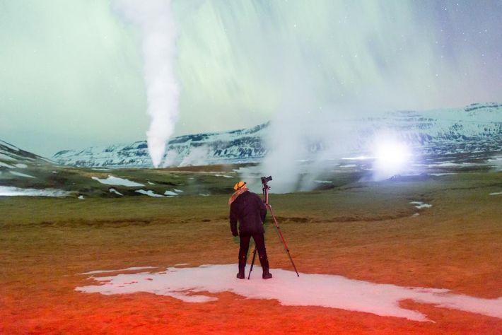 La vapeur provenant de l'activité géothermique adoucit le ciel islandais rempli d'aurores.