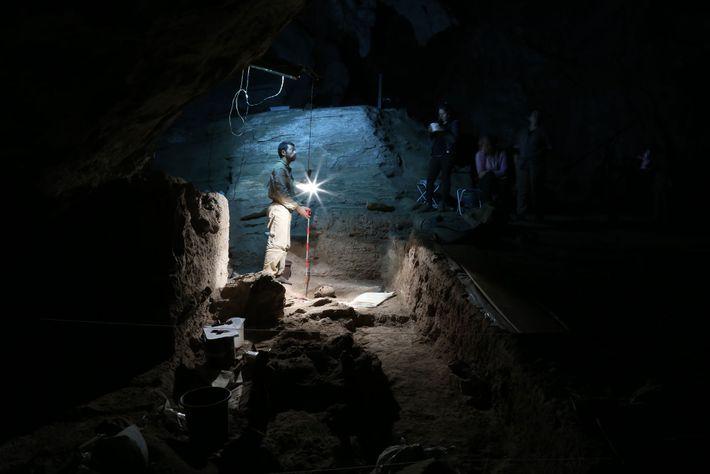 Des archéologues font preuve d'une grande minutie pour exhumer les restes d'anciens Amérindiens sur le site ...