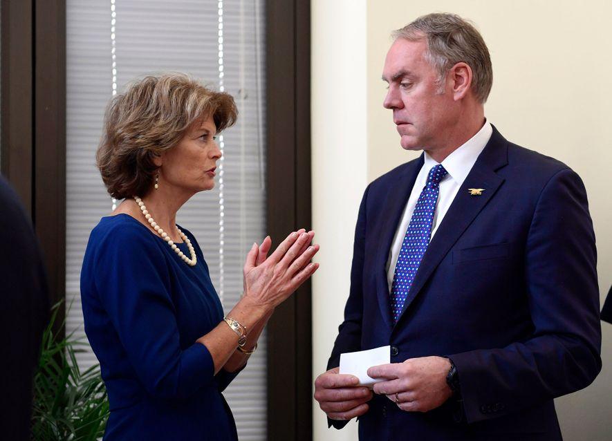 La sénatrice républicaine de l'Alaska, Lisa Murkowski, discute avec le Secrétaire à l'Intérieur Ryan Zinke. Ils ...