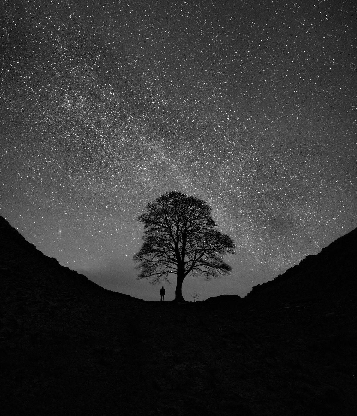 La Voie lactée et la galaxie d'Andromède s'illuminent par une froide nuit d'hiver sur le mur ...
