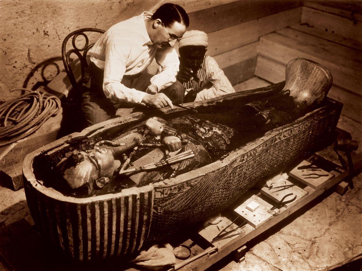 À l'intérieur du sarcophage se trouvait un cercueil, et à l'intérieur, il y en avait deux ...