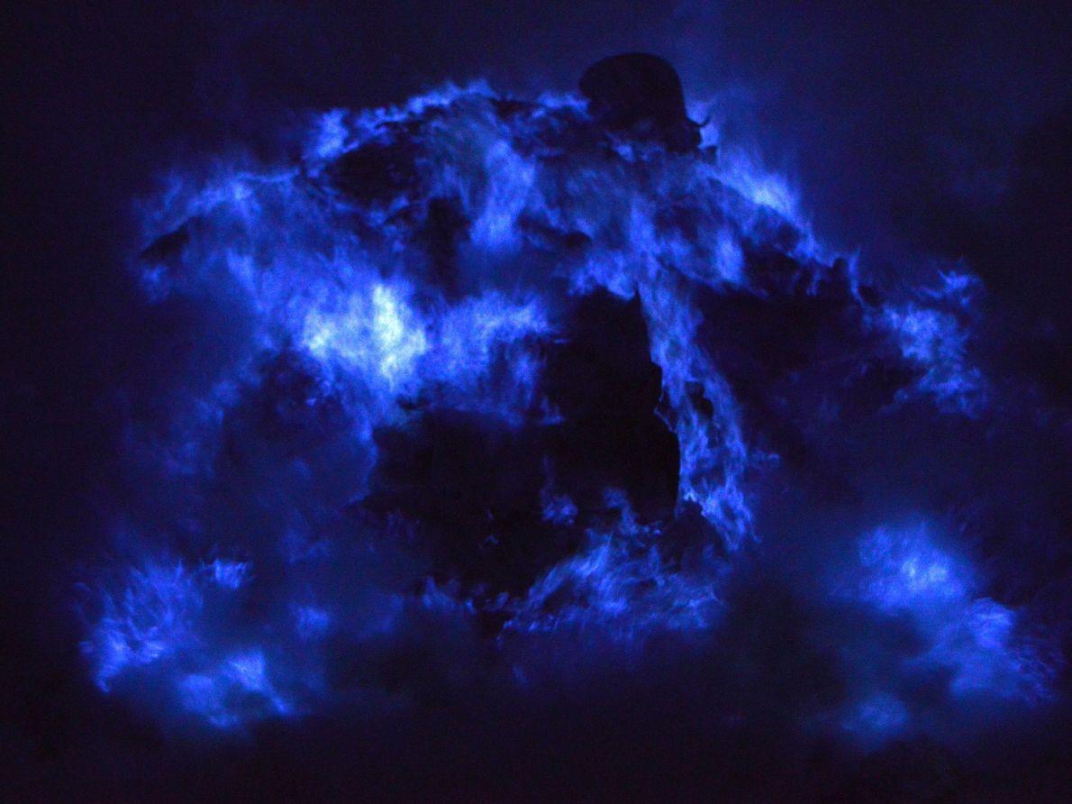 Le soufre entre en combustion au contact de l'air et crée des rivières de lumière semblables ...