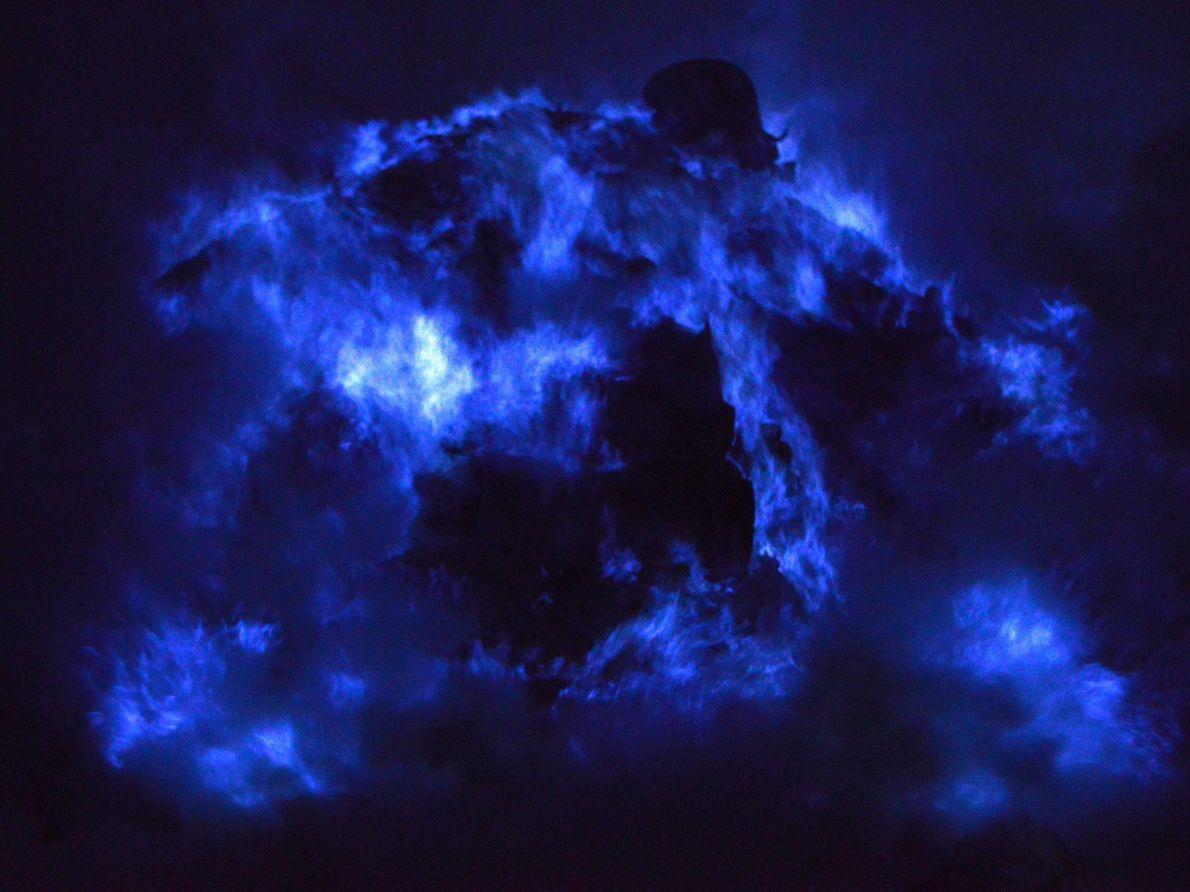 Le cratère du volcan Kawah Ijen en Indonésie offre un spectacle de lumière particulièrement éblouissant grâce ...