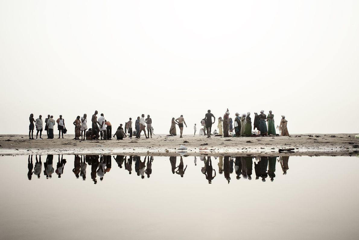 Les hindous longent les rives du Gange, se préparant à se baigner dans la rivière sacrée.