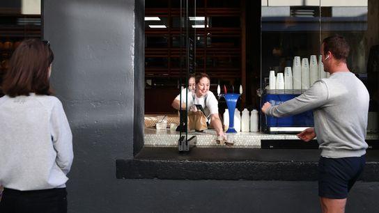 Natasha Parkinson sert les commandes à emporter de la boulangerie Amano, le 29 avril. La Nouvelle-Zélande venait ...