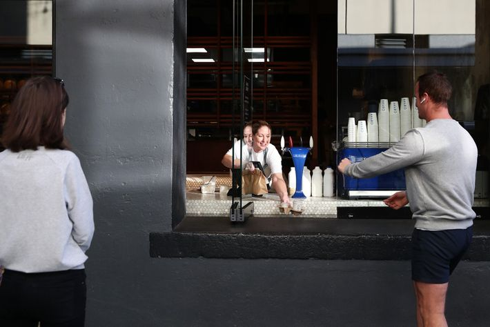 Natasha Parkinson sert les commandes à emporter de la boulangerie Amano, le 29avril. La Nouvelle-Zélande venait ...