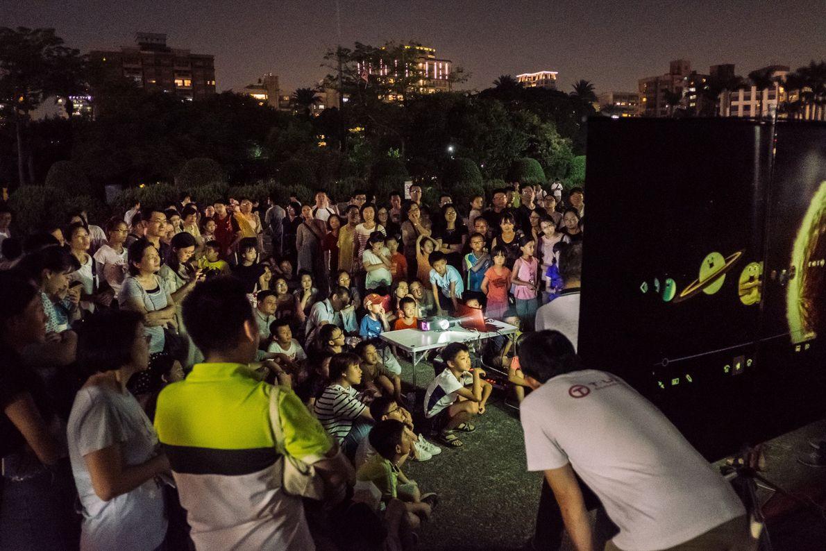 Une petite foule assiste à une présentation sur les éclipses lunaires à Taipei, Taiwan, le 27 ...