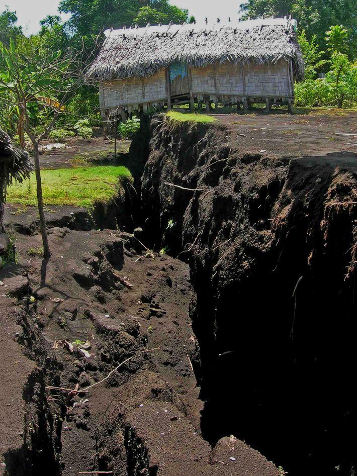 À mesure que le magma s'est écoulé à travers le sous-sol pendant l'éruption de l'Ambrym en ...