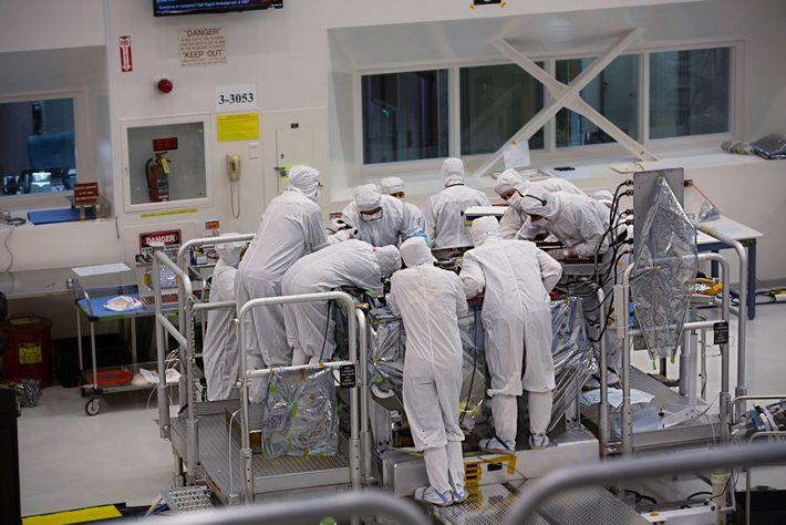 Des scientifiques travaillent sur le rover Mars2020 dans l'enceinte de la Spacecraft Assembly Facility du laboratoire ...