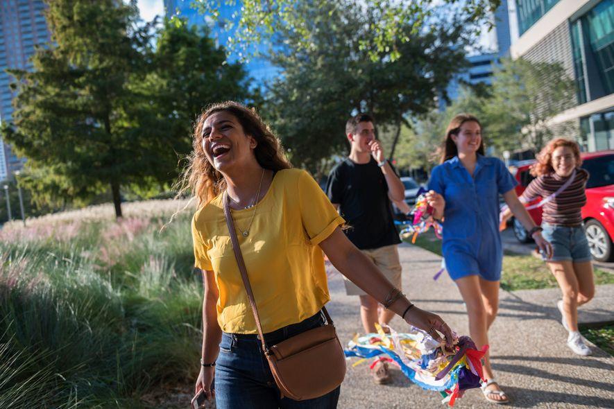 Hannah Ajrami, étudiante à l'Université de Houston, rit avec ses amis sur le campus de son ...