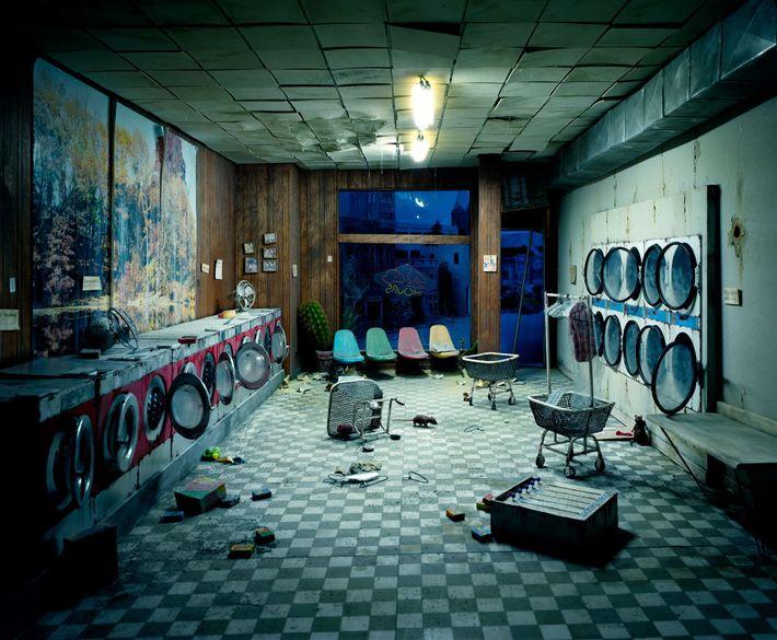 Une laverie en ruines. Ce désastre aurait-il pu être causé par une catastrophe environnementale? «Chaque génération ...