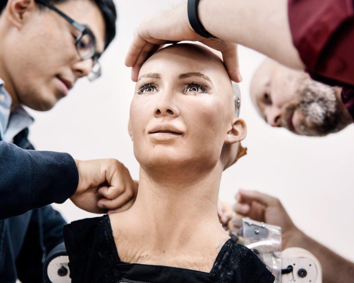 Ici entre les mains des ingénieurs du laboratoire, Sophia a été imaginée pour ressembler en partie ...