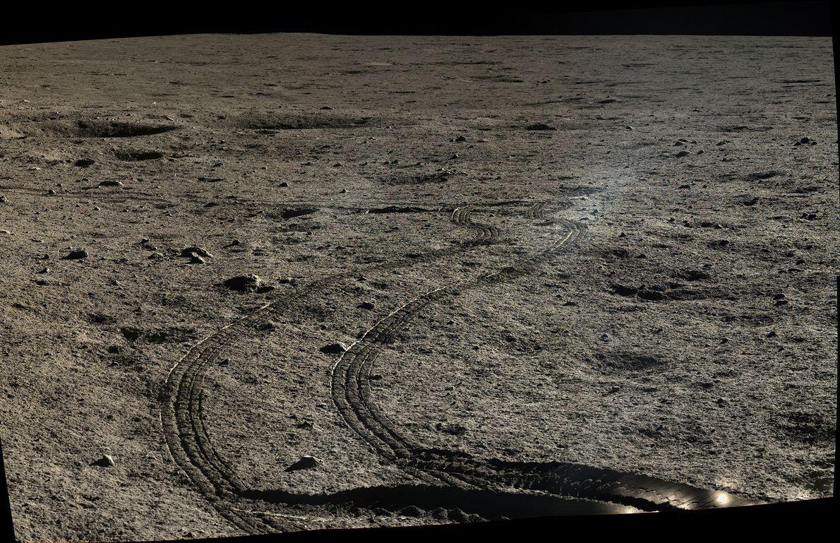 Photo des traces laissées par le rover Yutu sur le sol lunaire