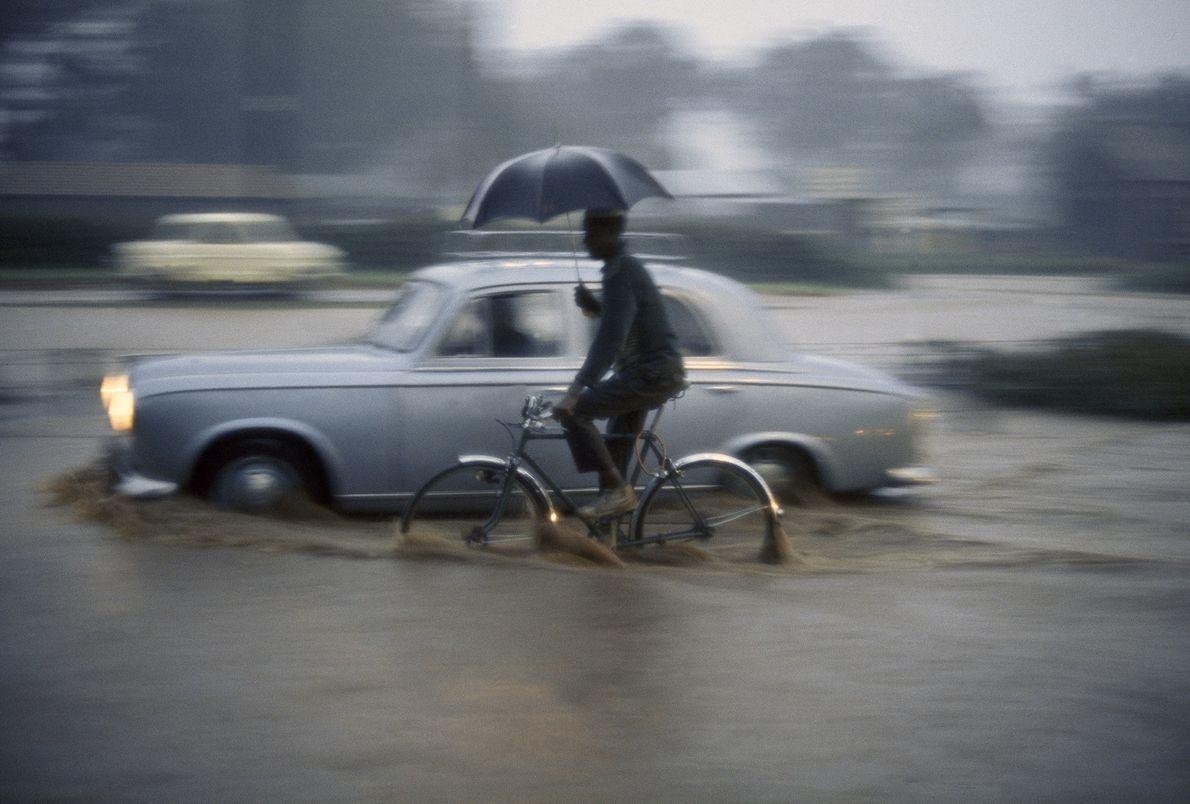 Un homme tente de se frayer un chemin dans les chemins boueux de Nairobi, au Kenya, ...