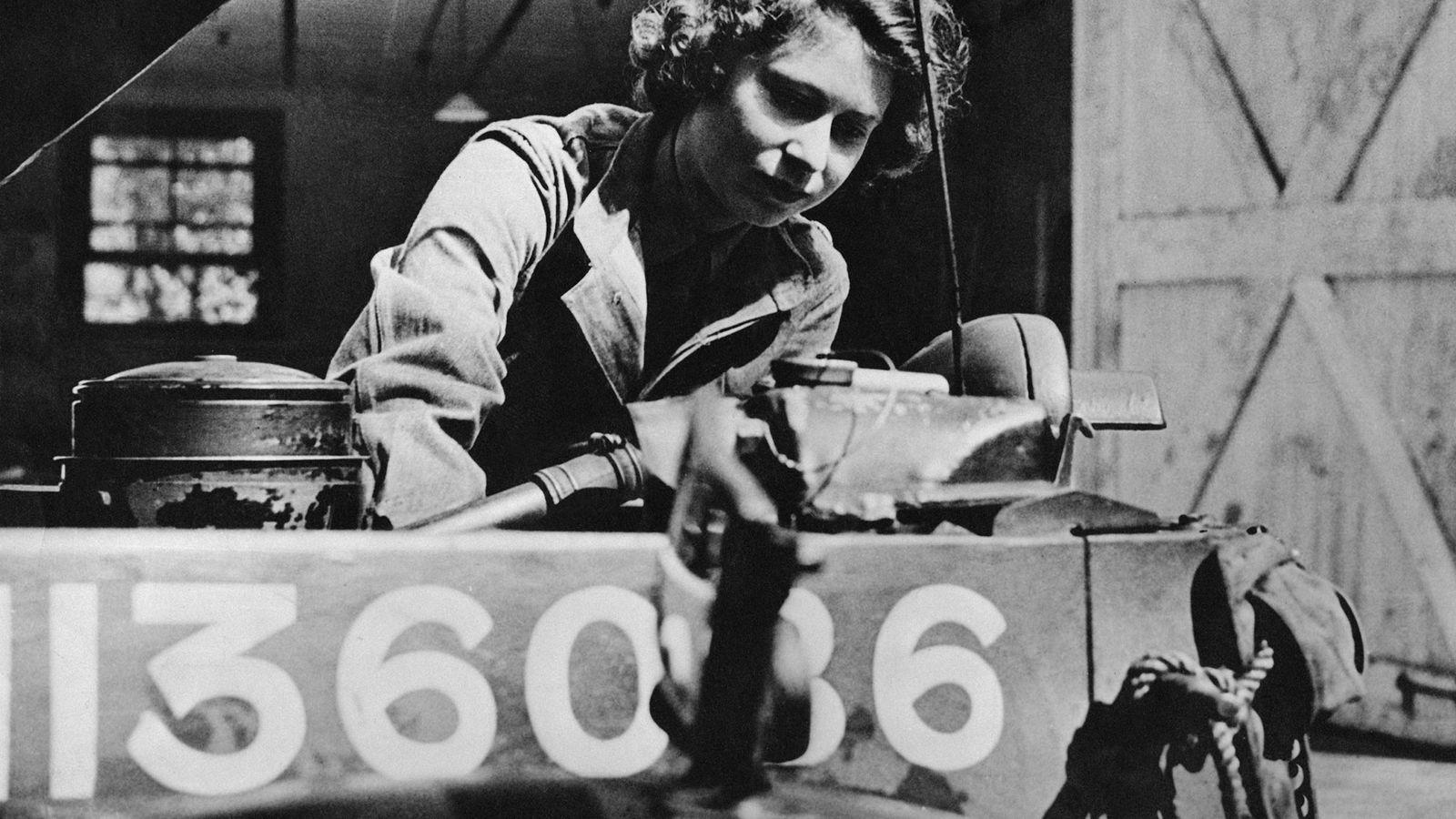 Photo de la Princesse Elizabeth quand elle était mécanicienne durant la guerre, en 1945