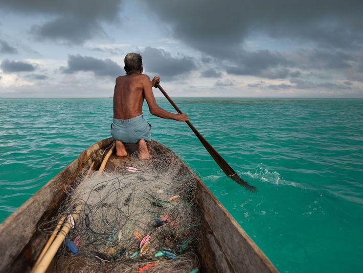 Un pêcheur Bajau nommé Sahad quitte l'île de Bodgaya.