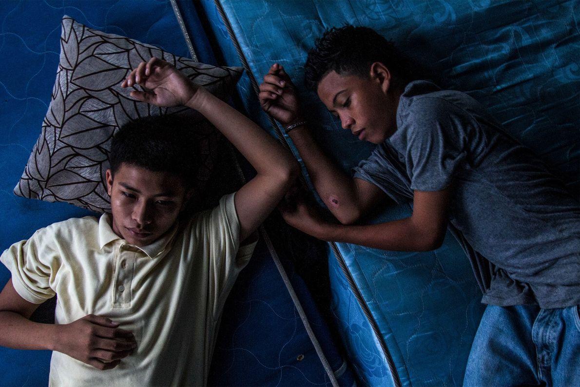 Deux jeunes recrues font une pause dans un lieu sûr, loin du chaud soleil hondurien.