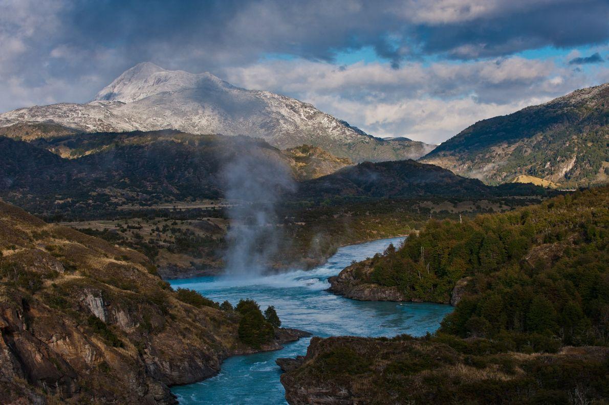 La confluence turquoise des fleuves Baker et Nef longe la Carretera Austral entre Puerto Río Tranquilo ...