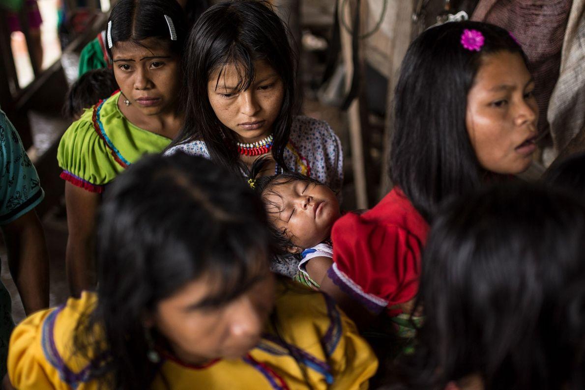 Les mères adolescentes amènent leurs enfants, souffrant souvent de malnutrition, à la cuisine du village. Les ...