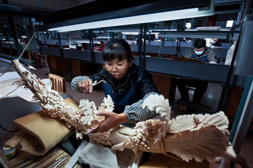 La sculpture d'ivoire relève d'une longue tradition en Chine, alors même que le pays s'apprête à ...