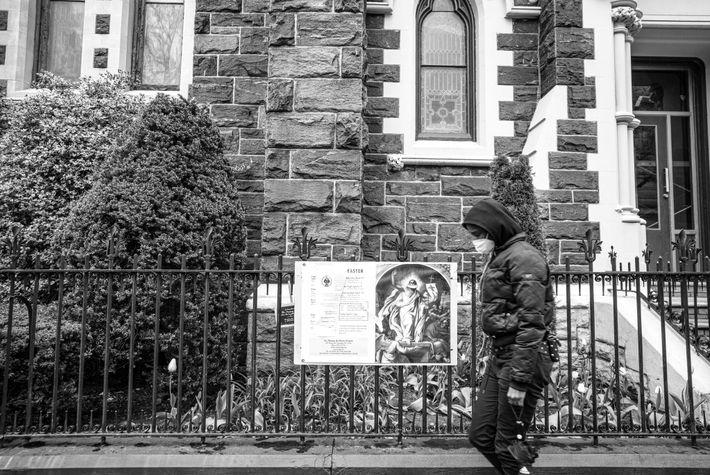 Devant l'église, on peut voir une affiche de Jésus-Christ portant un masque. Il fait signe aux ...