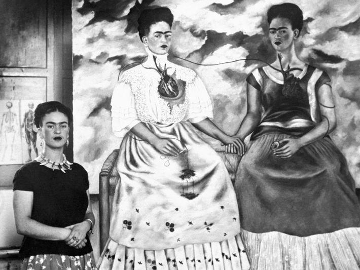 L'artiste Frida Kahlo pose à côté de sa peinture intitulée « Les deux Fridas » le ...