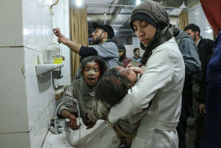 Le Dr Amani  transporte l'une de ses patientes blessées dans l'hôpital souterrain connu sous le ...