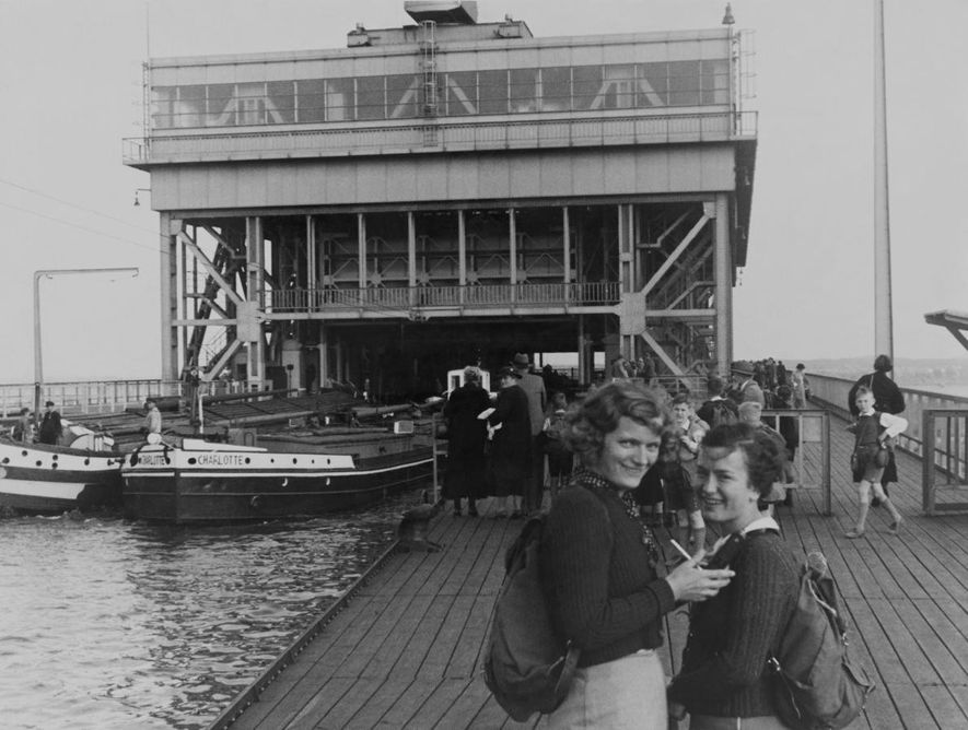 Des jeunes filles allemandes se promènent dans Berlin sur cette photographie de Chandler.