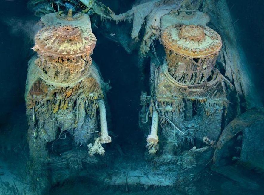 Deux des moteurs du Titanic sont exposés dans une section transversale béante de la poupe. Drapées ...
