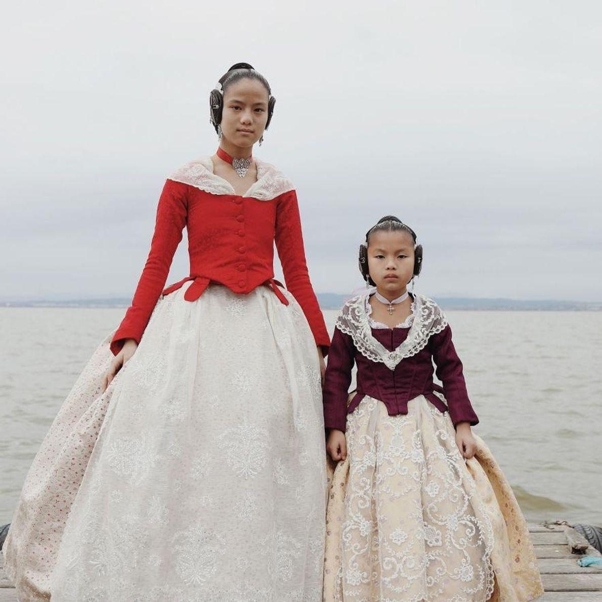 Vêtues de leur robe de fallera, Emma Xifeng Abril pose avec sa sœur, Eva Lanhan Abril. ...