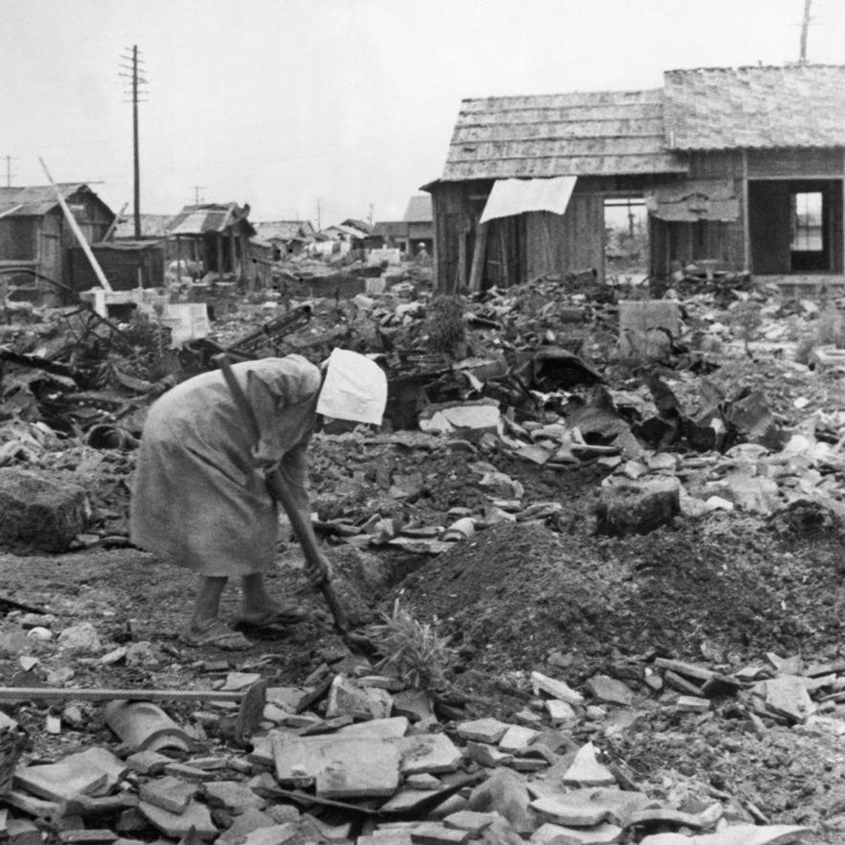 HIROSHIMA - Une femme déblaie les décombres. Le gouvernement japonais estime qu'environ 70 % des bâtiments ...