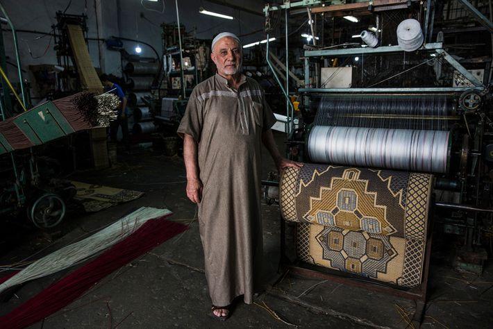 Àgé de 72 ans, Hamed Mahoud Hegazy se tient à côté d'une de ses machines dans ...