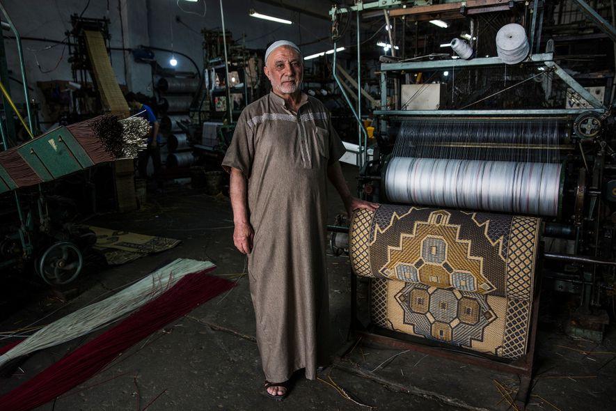 Àgé de 72 ans, Hamed Mahoud Hegazy se tient à côté d'une de ses machines dans son usine de tapis de la ville de Gaza. Il utilise du plastique recyclable pour fabriquer ces tapis de sol au style traditionnel.