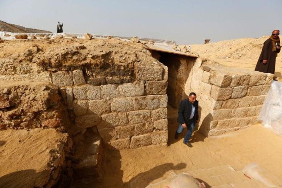 Mostafa Waziri, secrétaire général du Conseil supérieur des Antiquités égyptien, inspecte le tombeau récemment découvert.