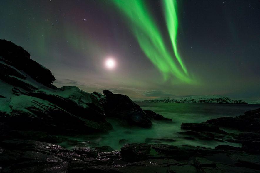 Des aurores boréales enveloppent Finnmark, en Norvège, d'une lueur verte.