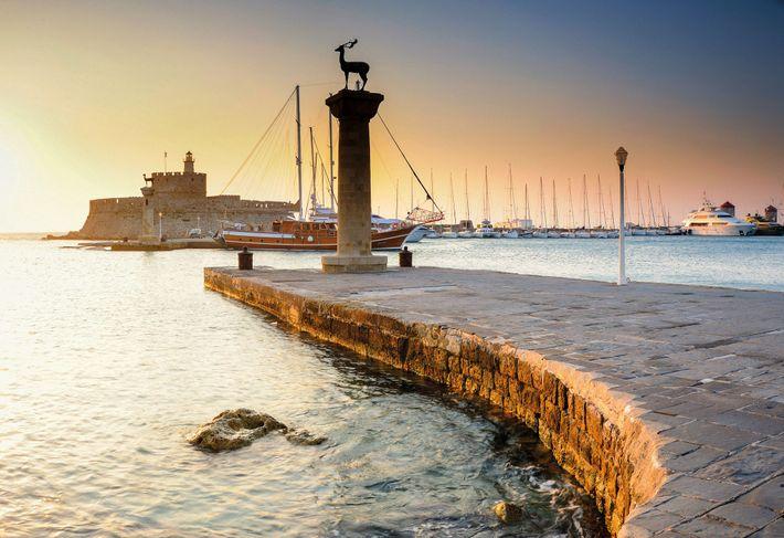 Le Fort Saint-Nicolas se trouve près du Mandraki, l'un des trois ports de Rhodes. Il est ...