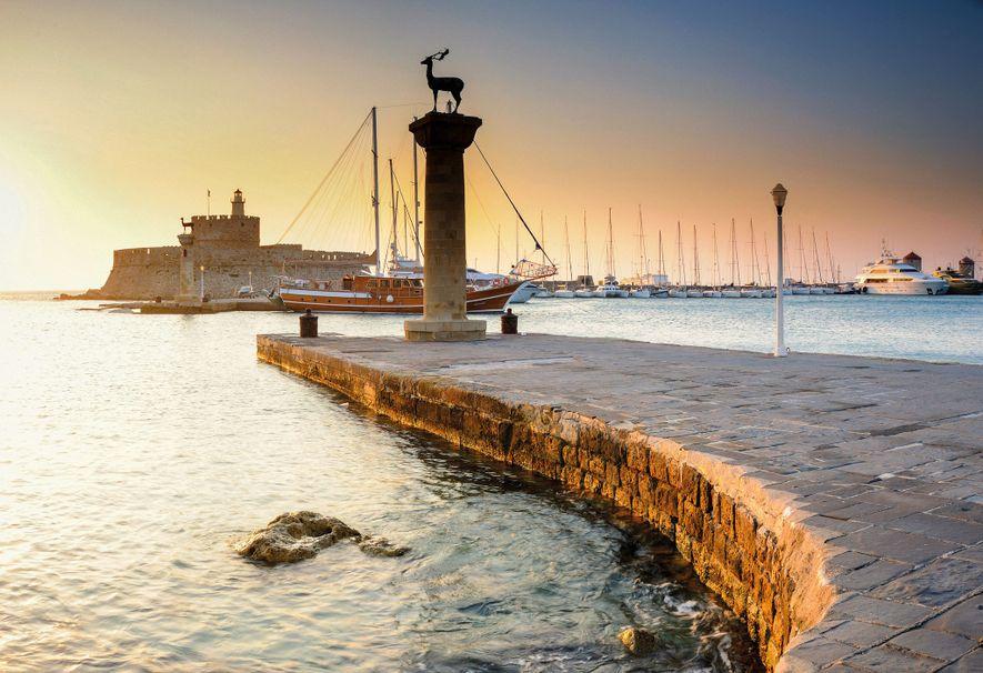 Le Fort Saint-Nicolas se trouve près du Mandraki, l'un des trois ports de Rhodes. Il est facile d'imaginer le grand Colosse debout à cheval sur l'entrée du port avec un pied de chaque côté.