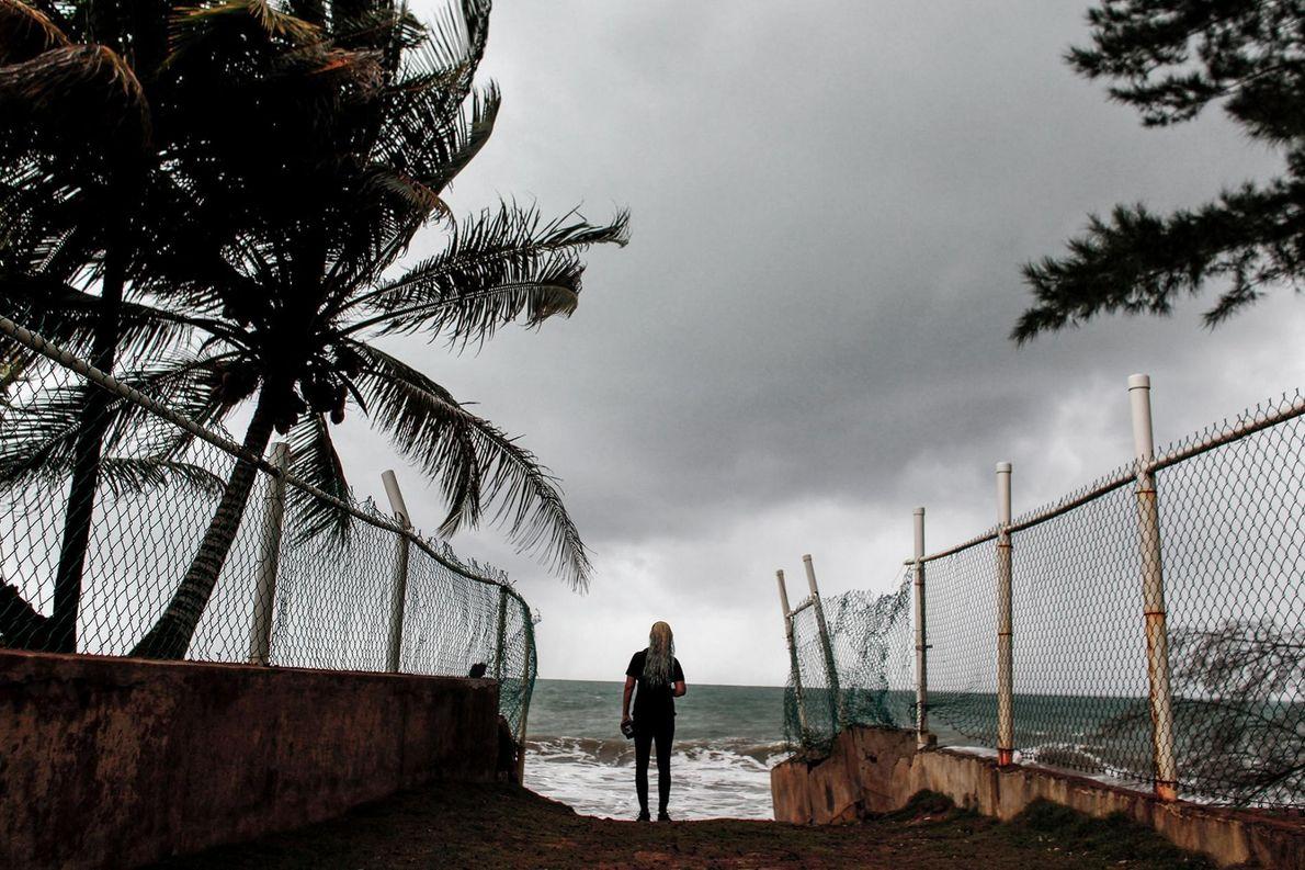 Une femme fait face à l'océan alors que l'ouragan Irma s'approche de Luquillo, à Porto Rico, ...