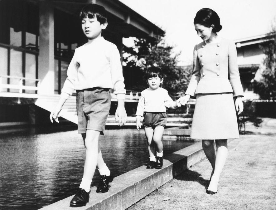 La princesse Michiko se promène avec ses deux fils, le prince Hiro et le prince Aya, le 25 octobre 1968. Le nom adulte d'Aya est Prince Akishino Fumihito, et son fils, le prince Hisahito, est dans la lignée directe du trône impérial.