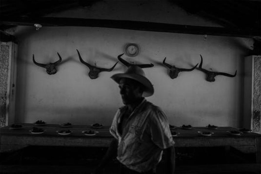 Un llanero dans la salle à manger d'un ranch. Les llaneros partent travailler tous les jours à 4 heures du matin, pour n'en rentrer souvent que douze heures plus tard.
