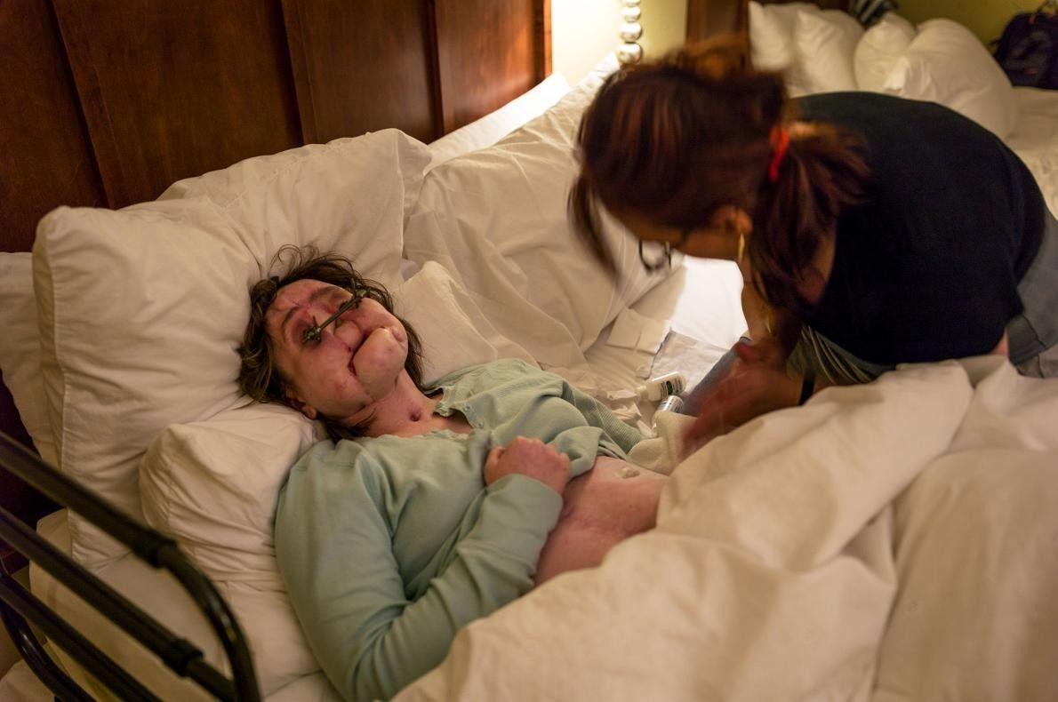 La mère de Katie, Alésia, l'aide à se préparer à aller au lit dans leur appartement ...