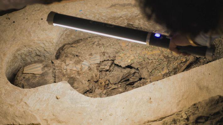 Plus de 2500 ans de chaleur et d'humidité ont laissé leurs empreintes sur cette momie mal ...