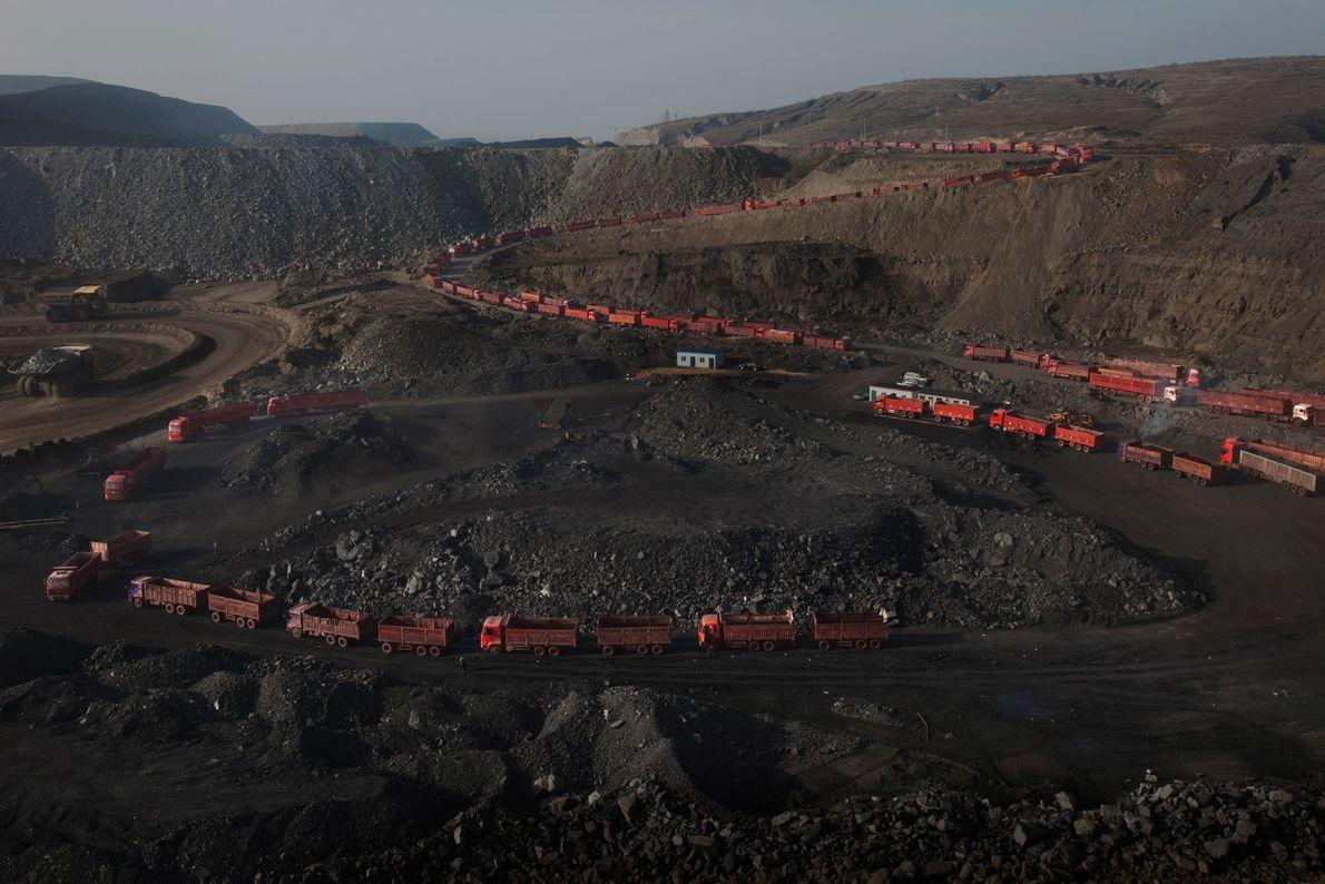 Des camions font la queue pour être chargés de charbon.